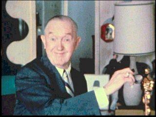 Stan Laurel con l'Oscar alla carriera